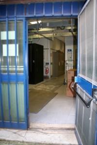 Preparazione pavimentazione con lamiere nella sala macchine