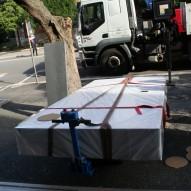 """Movimentazione di un tavolo ottico presso il dipartimento di Fisica de """"La Sapienza"""" al quinto piano."""