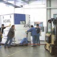 Movimentazione di macchinario elettronico da automezzo nel dock Micron